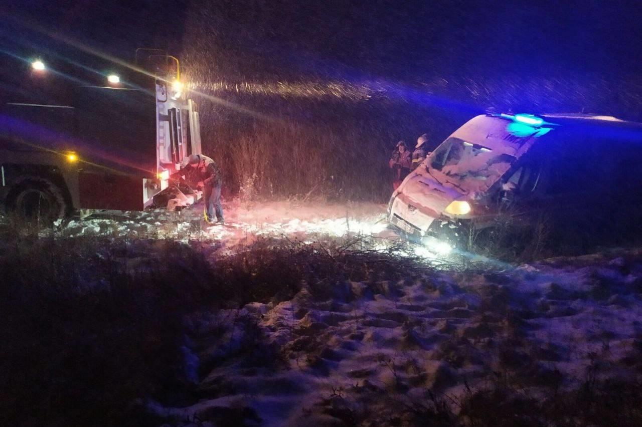 На Харьковщине из-за сильного снегопада машина скорой помощи вместе с медиками «слетела» в кювет, - ФОТО, фото-2