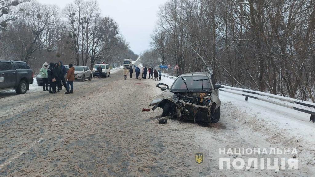 Два трупа и пострадавшая беременная женщина: на Харьковщине легковой автомобиль «влетел» под фуру, - ФОТО, фото-1