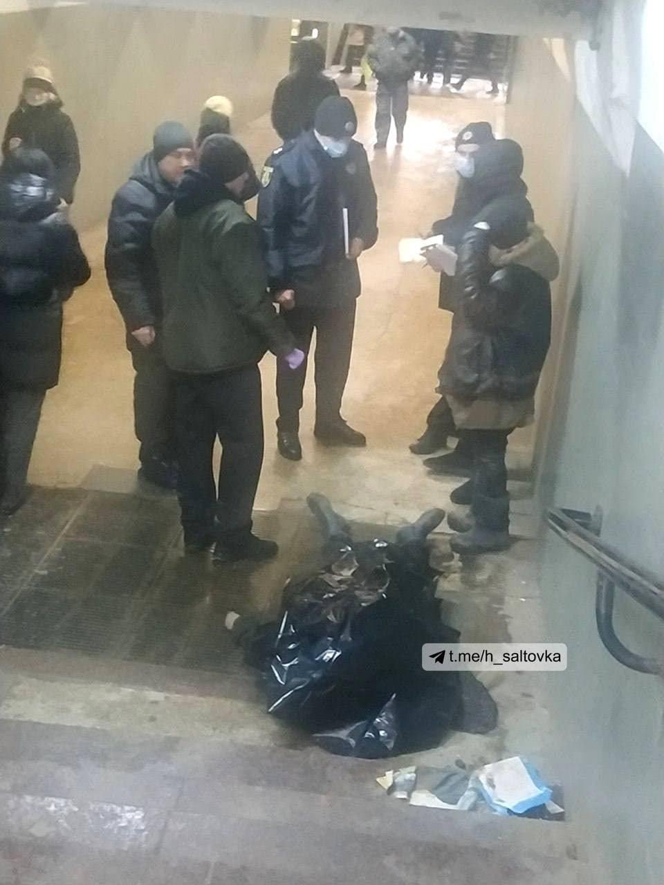 В Харькове на входе на станцию метро «Студенческая» умерла женщина, - ФОТО, фото-1