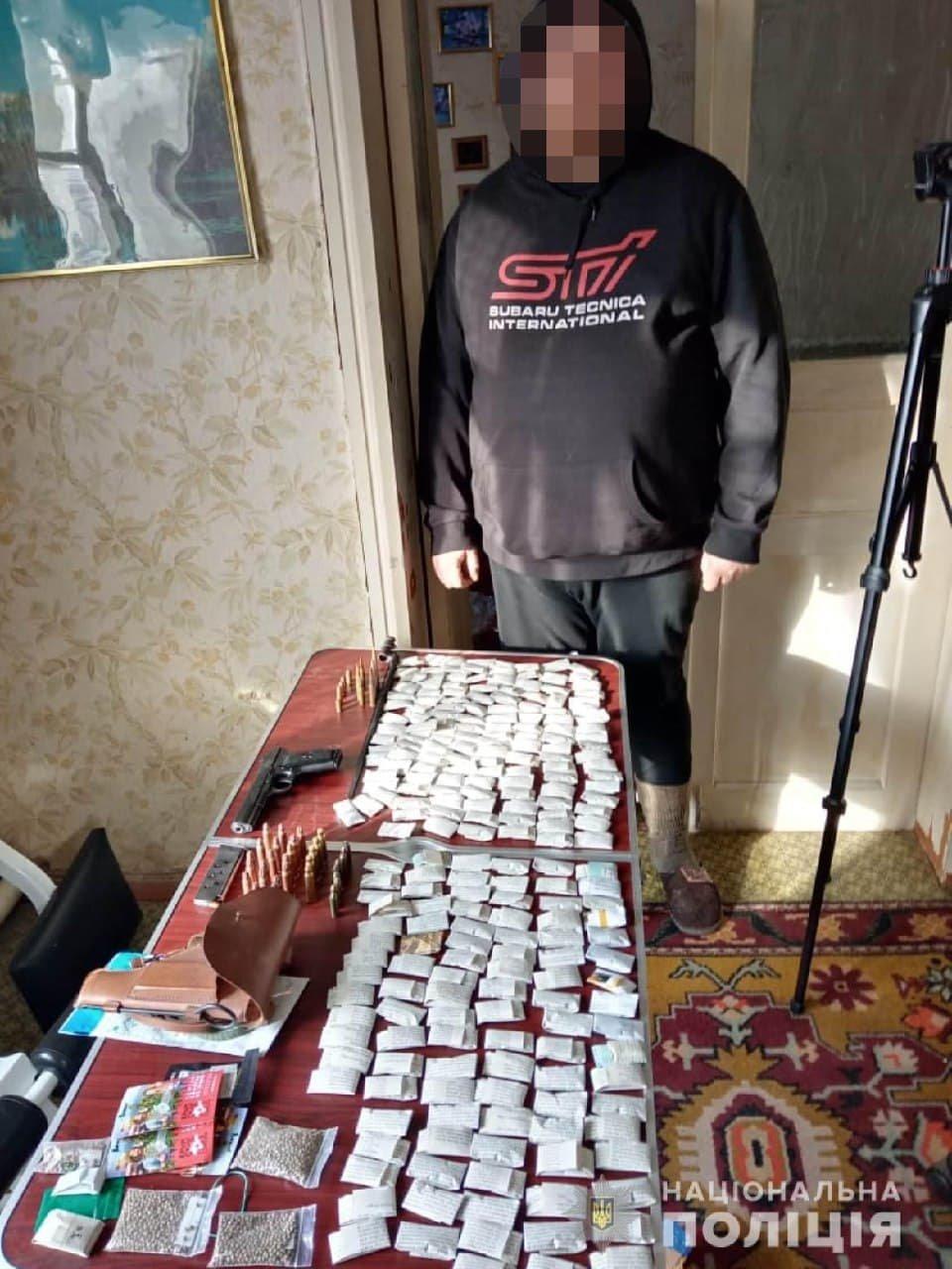Хранил 236 пакетиков с наркотиками, оружие и металлоискатель: на Харьковщине «копы» задержали мужчину, - ФОТО, фото-1