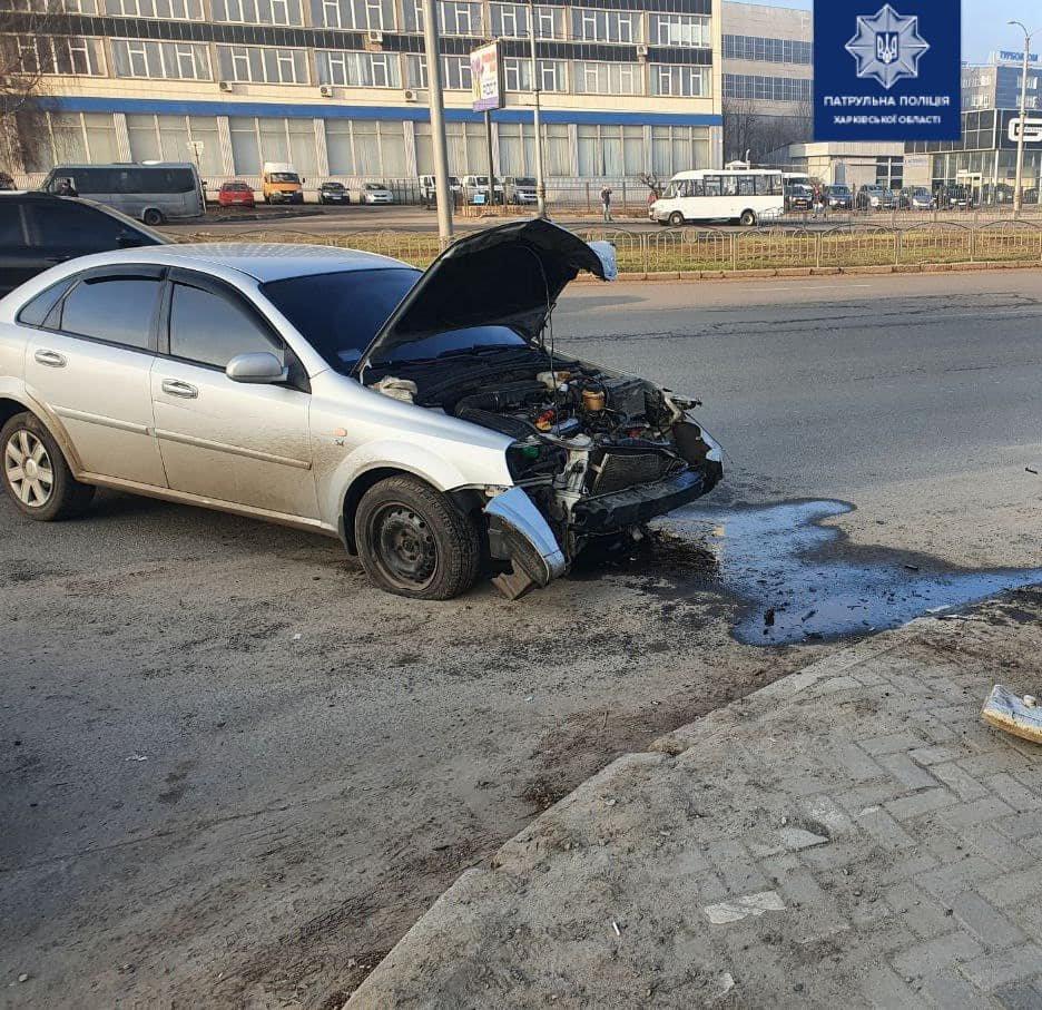 В Харькове водитель из-за технической неисправности своего авто «влетел» в забор и электроопору, - ФОТО, фото-1
