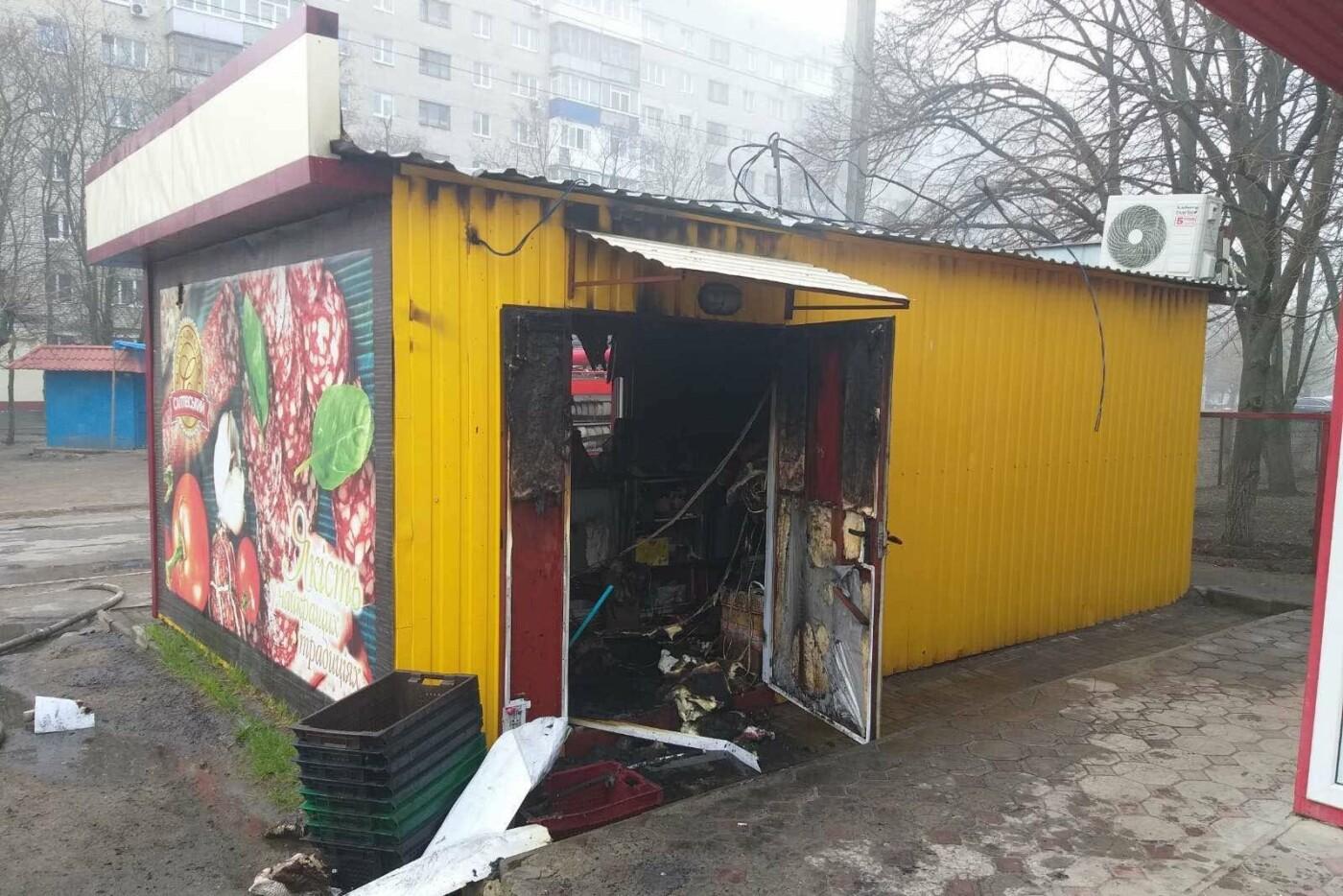 Загорелся из-за короткого замыкания электропроводки: в Харькове спасатели тушили пожар в продуктовом киоске, - ФОТО, фото-1
