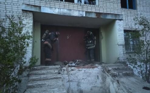 На Харьковщине загорелся пятиэтажный заброшенный дом: спасатели эвакуировали двух бездомных, - ФОТО, фото-1