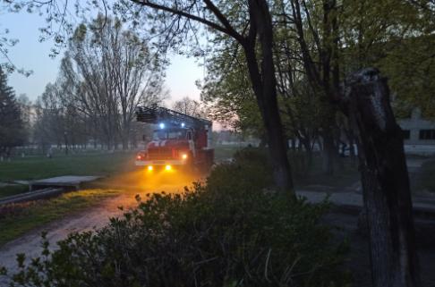 На Харьковщине загорелся пятиэтажный заброшенный дом: спасатели эвакуировали двух бездомных, - ФОТО, фото-2