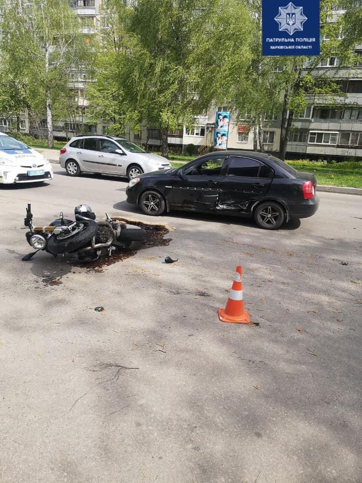 В Харькове не поделили дорогу мотоцикл и легковое авто: байкера госпитализировали в больницу, - ФОТО