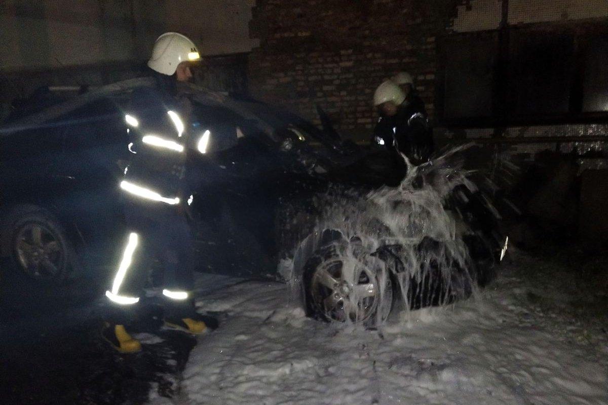 В Харьковской области спасатели не дали взорваться внедорожнику посреди улицы, - ФОТО