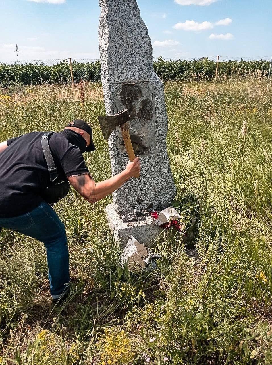 Под Харьковом снесли камень «дружбы» с РФ, восстановленный пророссийской партией «ОПЗЖ», - ФОТО, фото-1