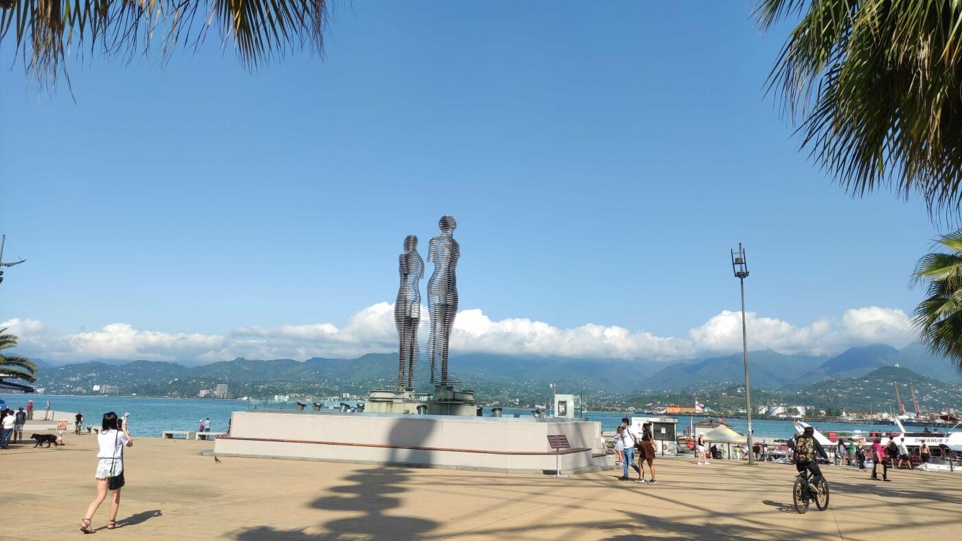 """8-метровые скульптуры """"Али и Нино"""" в Батуми"""