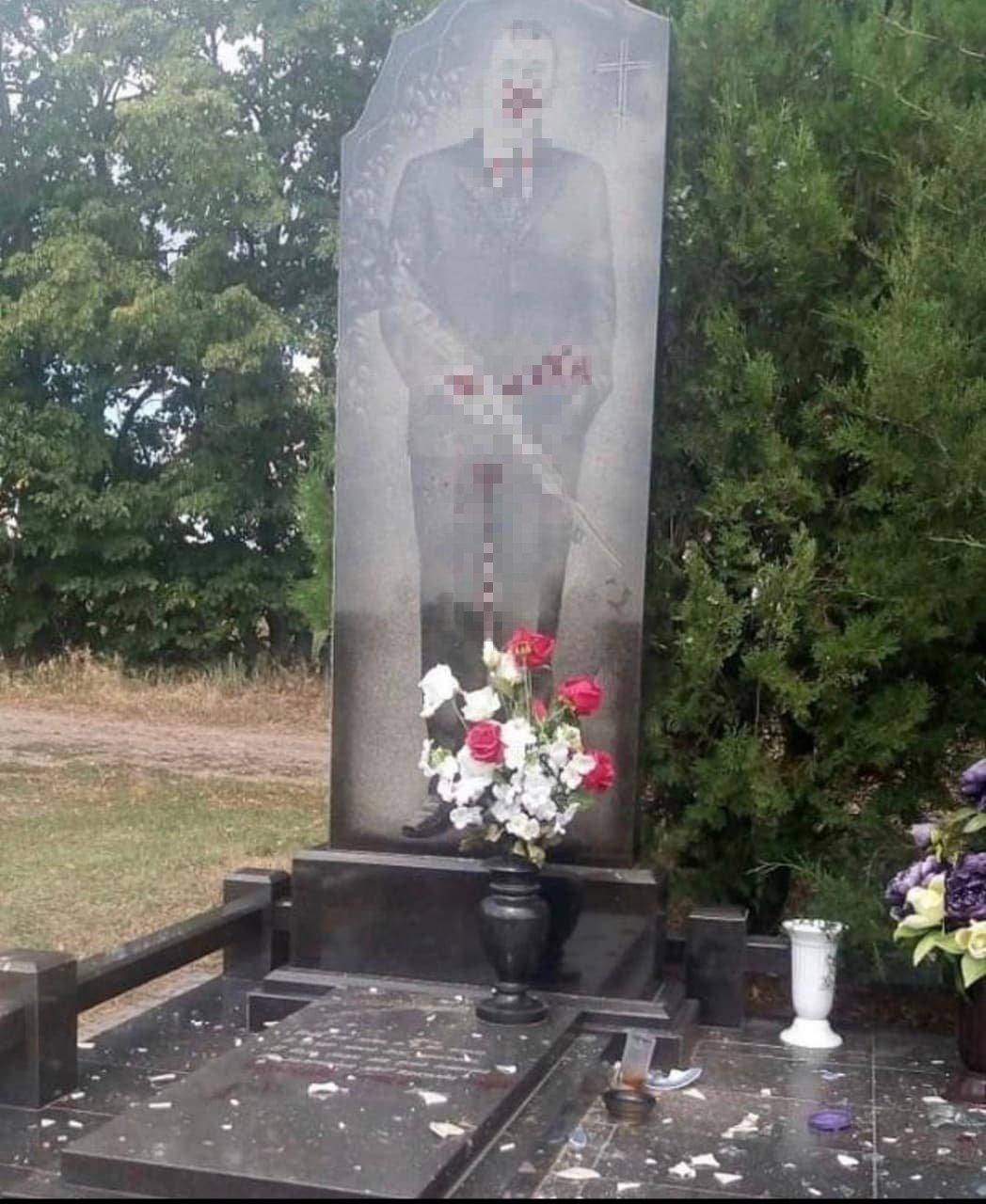 На Харьковщине подростки разрисовали надгробия и сняли на кладбище видео в «TikTok»: полиция проводит проверку, - ФОТО, фото-1