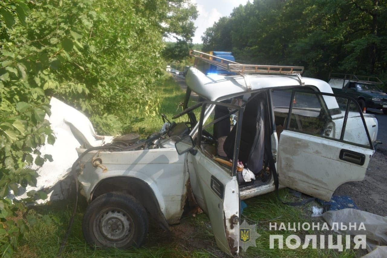 На Окружной дороге Харькова по «встречке» столкнулись легковое авто и грузовик: машину разорвало, есть пострадавший, - ФОТО, фото-1