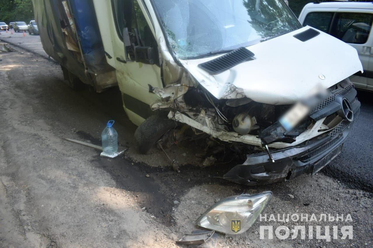 На Окружной дороге Харькова по «встречке» столкнулись легковое авто и грузовик: машину разорвало, есть пострадавший, - ФОТО, фото-4