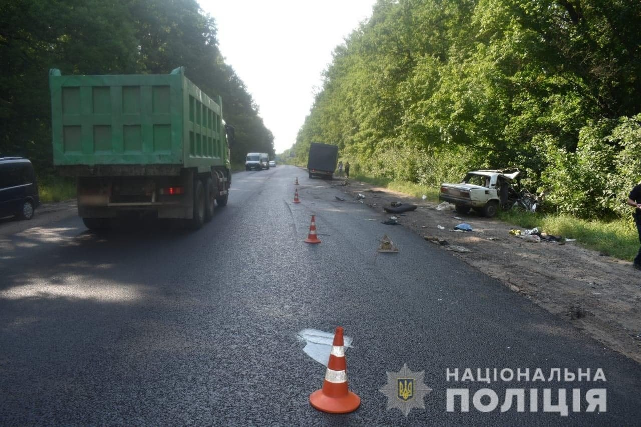 На Окружной дороге Харькова по «встречке» столкнулись легковое авто и грузовик: машину разорвало, есть пострадавший, - ФОТО, фото-3