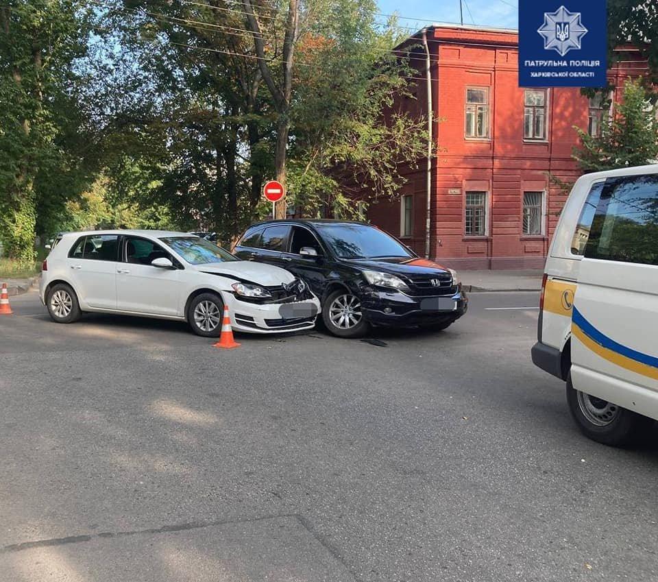 В центре Харькова не поделили дорогу легковое авто и внедорожник: один из водителей попал в больницу, - ФОТО, фото-1