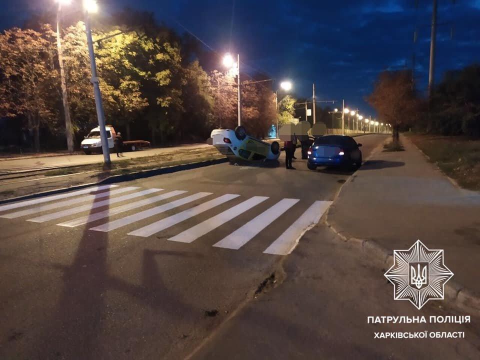 В Харькове водитель такси врезался в припаркованное авто: от удара его машина перевернулась на крышу, - ФОТО, ВИДЕО, фото-1