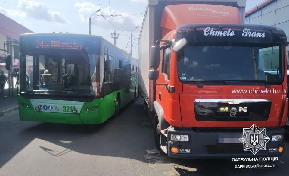 В Харькове водитель грузовика врезался в троллейбус, - ФОТО, фото-1