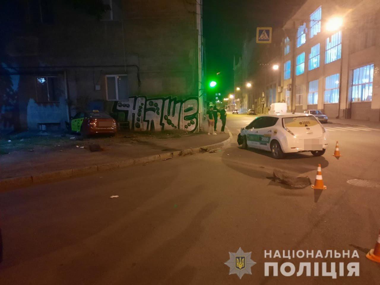 На перекрестке в Харькове столкнулись два такси: одна из машин въехала в дом, пострадали женщина и 3-летний ребенок, - ФОТО, фото-2