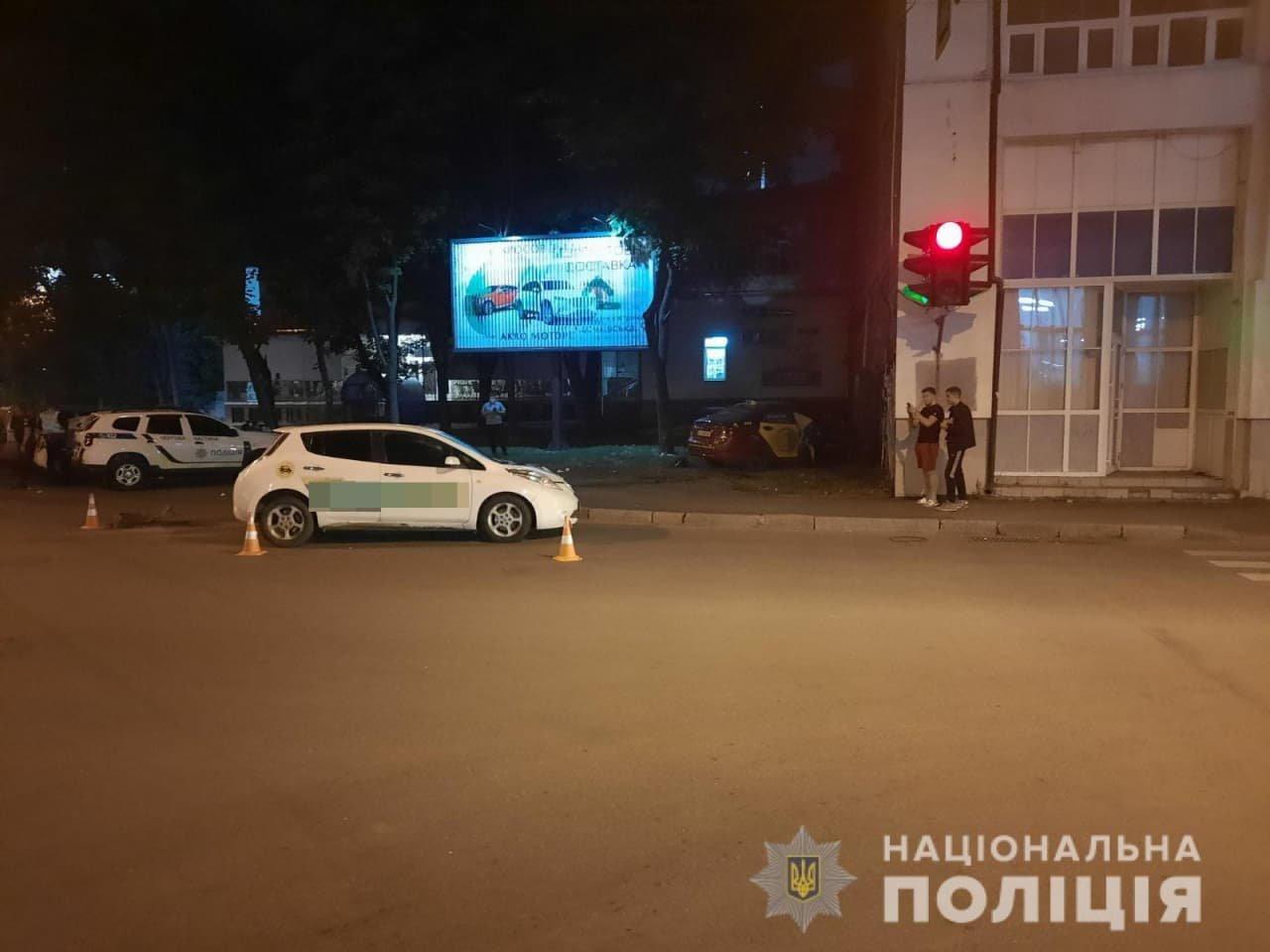 На перекрестке в Харькове столкнулись два такси: одна из машин въехала в дом, пострадали женщина и 3-летний ребенок, - ФОТО, фото-3