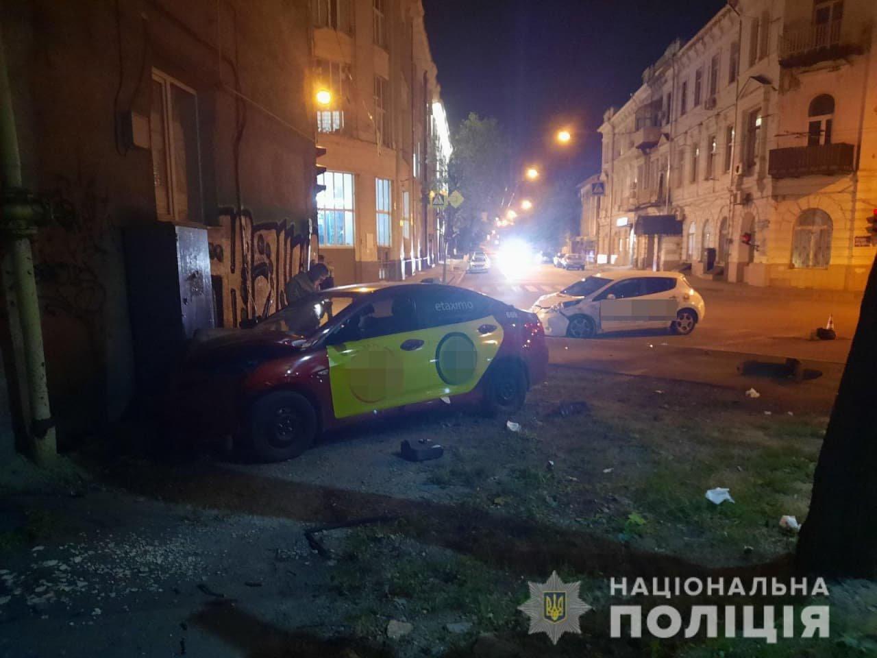 На перекрестке в Харькове столкнулись два такси: одна из машин въехала в дом, пострадали женщина и 3-летний ребенок, - ФОТО, фото-1
