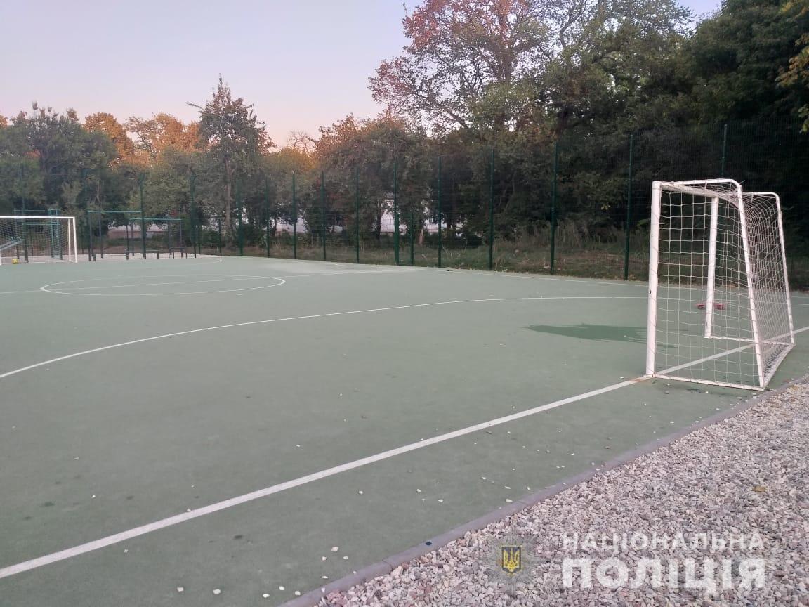 В Харькове на школьном стадионе футбольные ворота упали на ребенка: 6-летний мальчик в реанимации, - ФОТО, фото-2