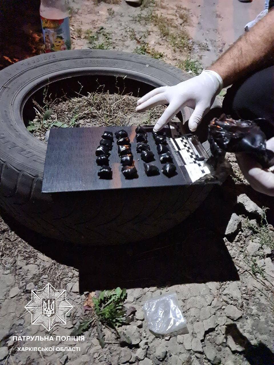 Прикапывали наркотики в землю: в Харькове полицейские задержали двух «закладчиков», - ФОТО, фото-1