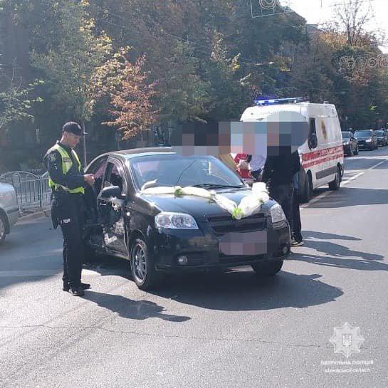 В центре Харькова водитель авто из свадебного кортежа устроил тройное ДТП, - ФОТО, фото-1