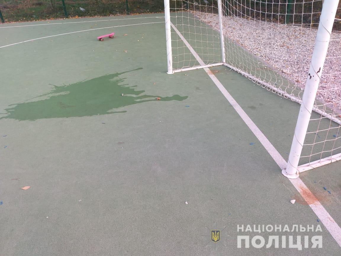 В Харькове на школьном стадионе футбольные ворота упали на ребенка: 6-летний мальчик в реанимации, - ФОТО, фото-1